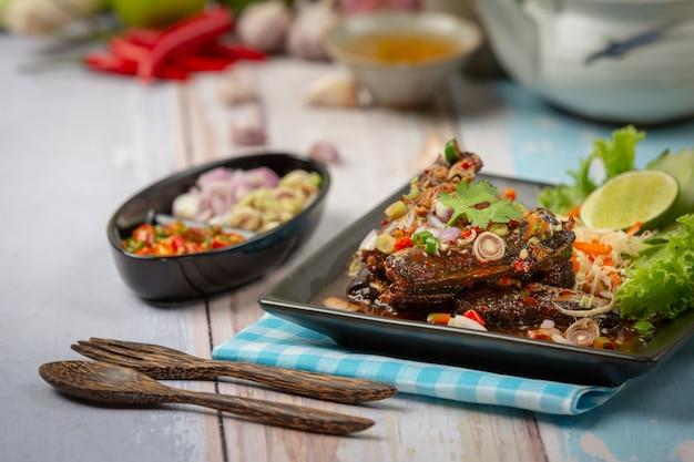 Salade de thon épicée en conserve et ingrédients alimentaires thaïlandais