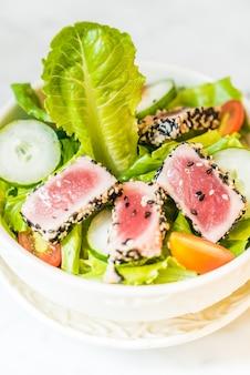 Salade de thon grillé dans un bol blanc - des aliments sains