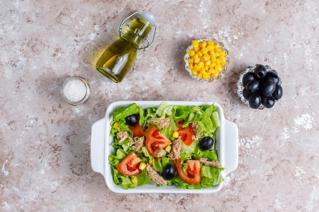 Salade de thon avec laitue, olives, maïs, tomates, vue de dessus