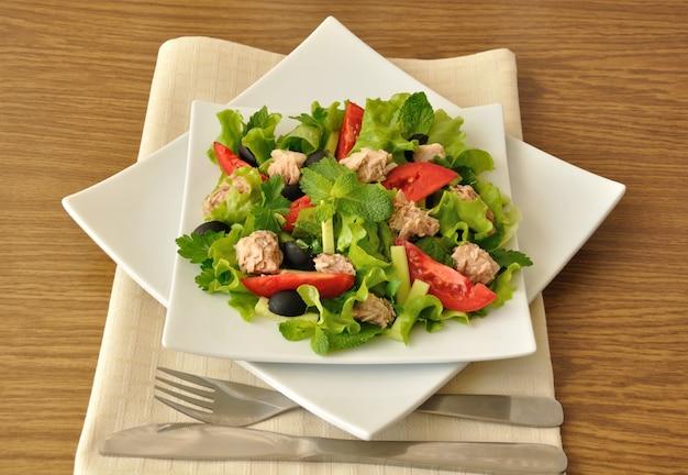 Salade de thon à la menthe et mélange de légumes aux olives