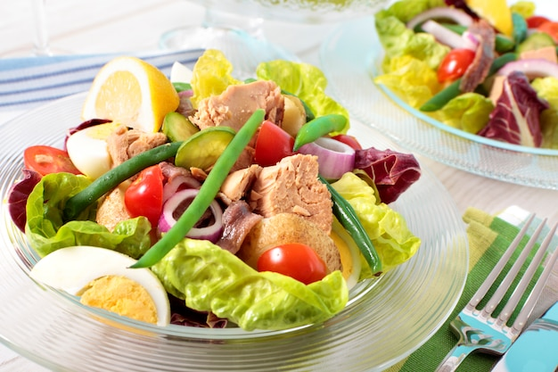 Salade de thon nicoise arrangée sur table