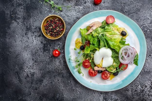 Salade de thon poché, oeuf, laitue, cerise, tomates olives et maïs