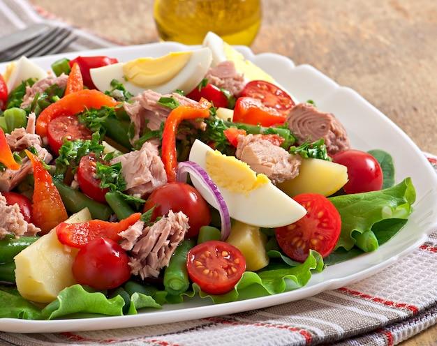 Salade de thon, tomates, pomme de terre et oignon