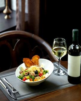 Salade de thon avec verre de vin blanc