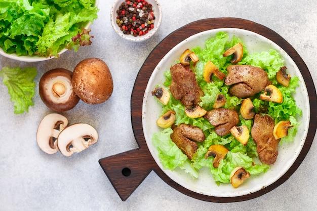 Salade tiède de laitue au foie de poulet