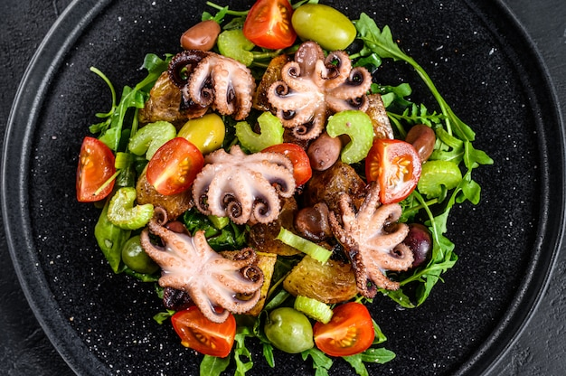 Salade tiède de poulpe, pommes de terre, roquette, tomates et olives.