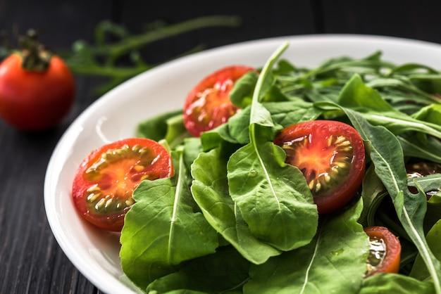 Salade de tomates sur assiette blanche