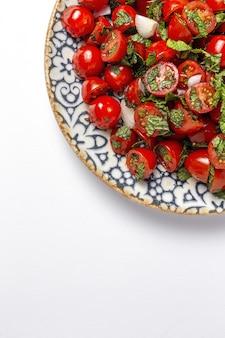 Salade de tomates cerises maison aux oignons frais, menthe, huile d'olive et sel