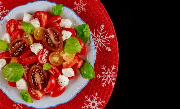 Salade de tomates cerises et mozzarella pour le dîner de noël. plat végétarien.