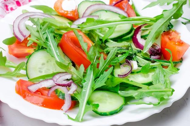 Salade de tomates, concombres et roquette