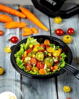 Salade de tomates avec diverses tomates et herbes