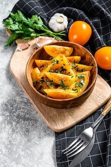Salade de tomates fraîches jaunes aux câpres, huile d'olive et persil