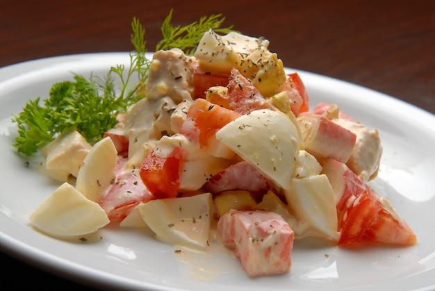Salade de tomates fraîches, œufs, viande et mayonnaise