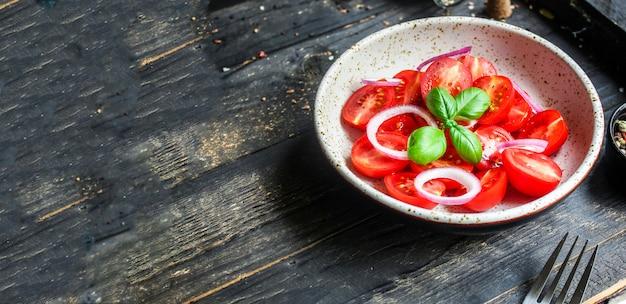 Salade de tomates légumes rouges apéritif oignon collation