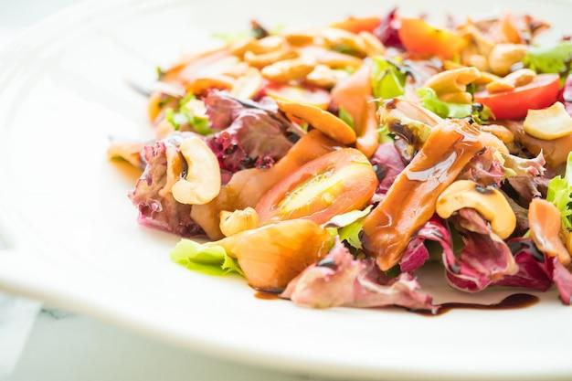 Salade de tomates et légumes à la viande de saumon fumé