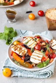 Salade de tomates, poivrons au four et oignons au fromage grillé