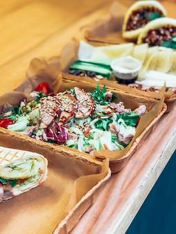 Salade et tortillas emportent un café en plein air urbain