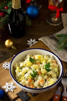 Salade de vacances d'hiver salade traditionnelle russe olivier avec légumes et poulet copy space