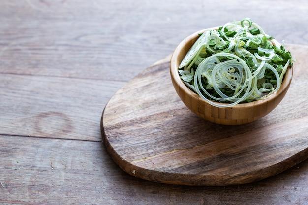 Salade végétalienne crue à base d'oignons déshydratés et autres légumes