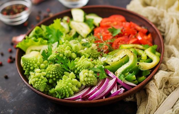 Salade végétalienne de légumes frais et chou romanesko. menu diététique nutrition adéquat