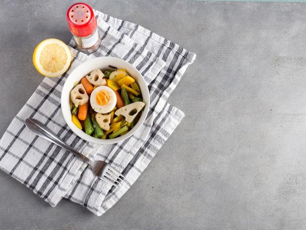 Salade végétarienne au citron sur une table grise