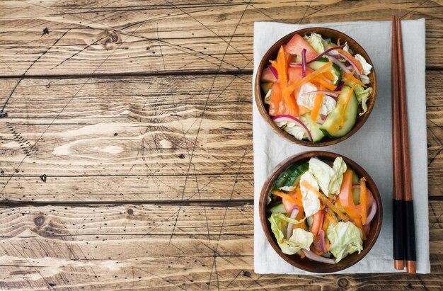 Salade végétarienne de crudités dans une assiette