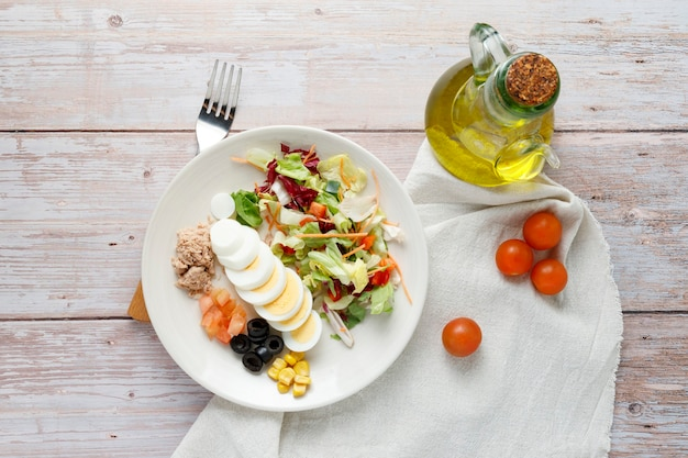 Salade végétarienne à l'huile d'olive et oeuf