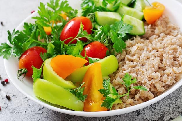 Salade végétarienne saine de légumes frais nourriture végétalienne.