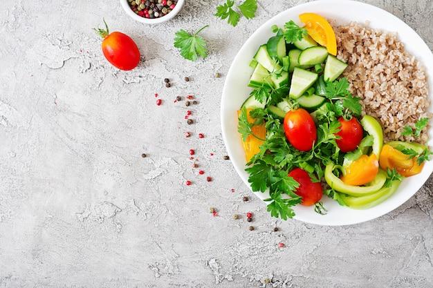 Salade végétarienne saine de légumes frais