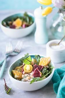 Salade végétarienne saine avec quinoa, légumes et pamplemousse
