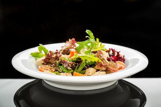 Salade végétarienne saine et tofu de fromage de soja épicé au basilic