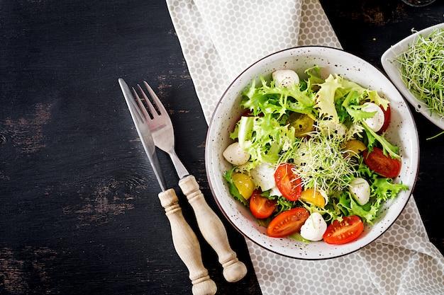 Salade végétarienne à la tomate cerise, mozzarella et laitue.