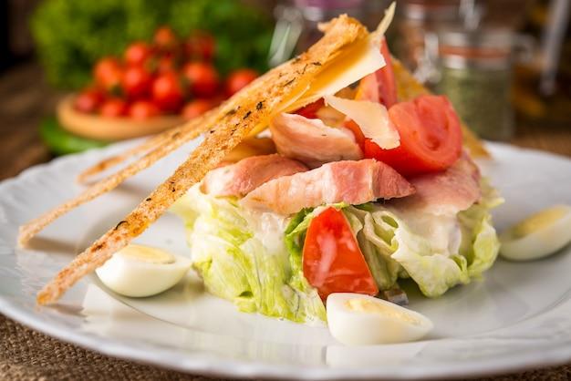 Salade verte au bacon, parmesan, pain.