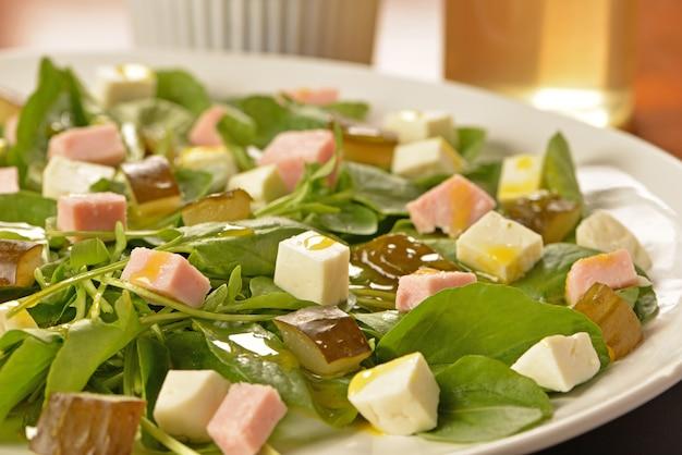 Salade verte au fromage frais, cornichons au jambon et concombre