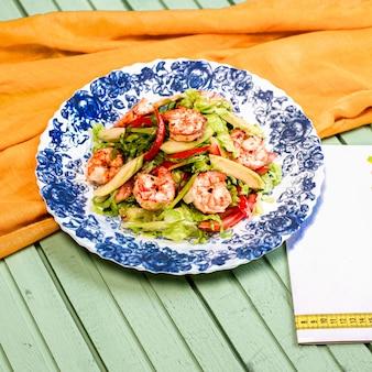 Salade verte aux crevettes rôties et aux bâtonnets de poivron rouge