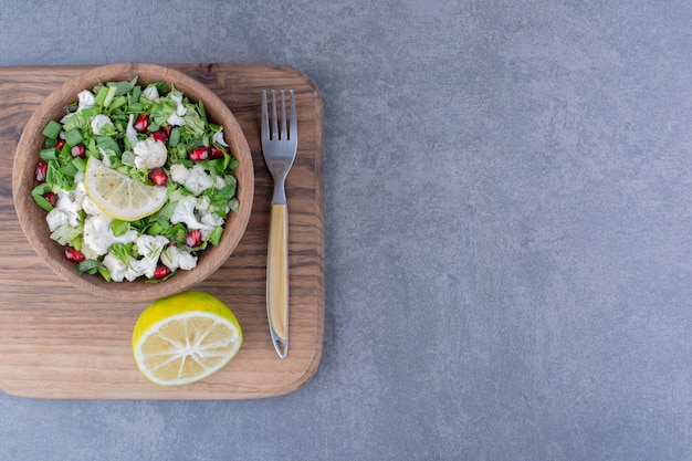 Salade verte aux herbes, chou-fleur et graines de grenade