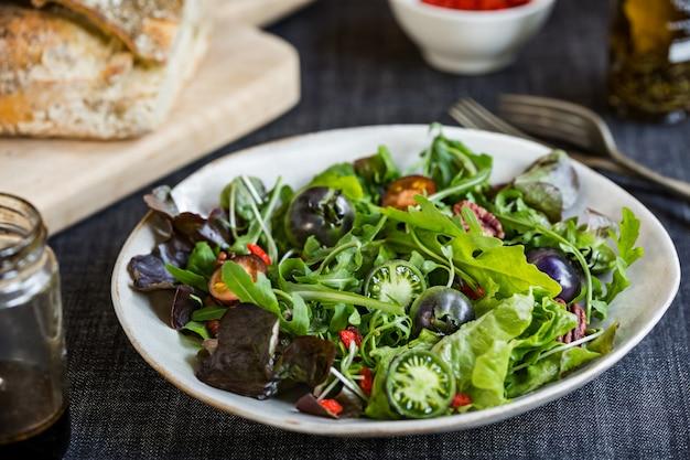 Salade verte aux tomates vertes, aux noix de pécan et aux baies de goji