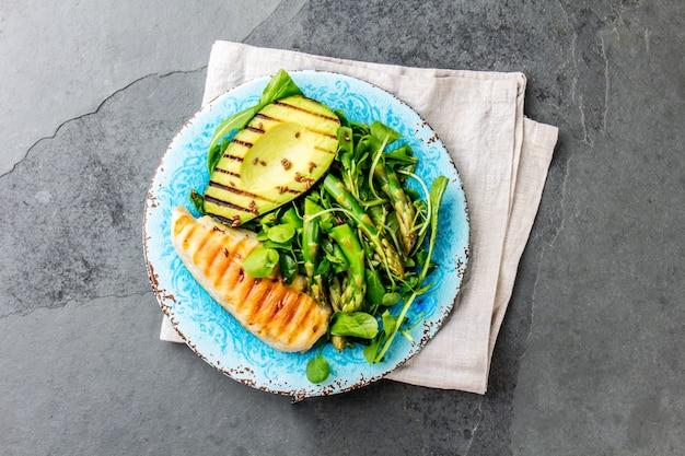Salade verte avec avicado grillé et poulet grillé