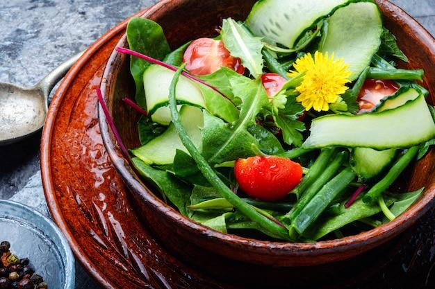 Salade verte mélangée fraîche