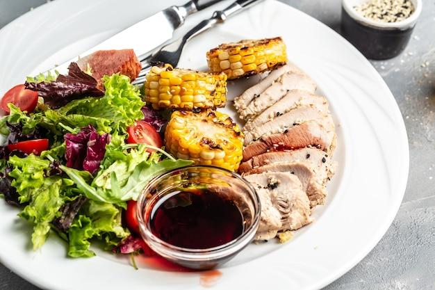 Salade verte avec poitrine de poulet, maïs grillé et sauce. des graisses saines, une alimentation saine pour perdre du poids.
