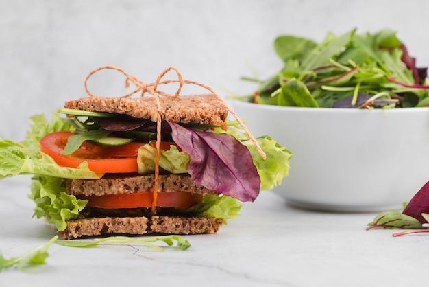 Salade verte avec sandwich