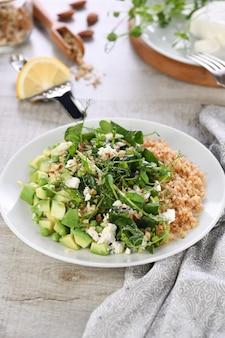 Salade verte sans gluten à base de micro-pousses petits pois avocat quinoa épinards