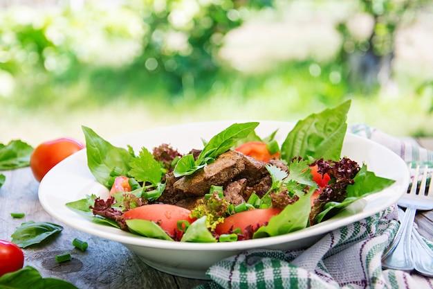 Salade de viande au foie et légumes frais.