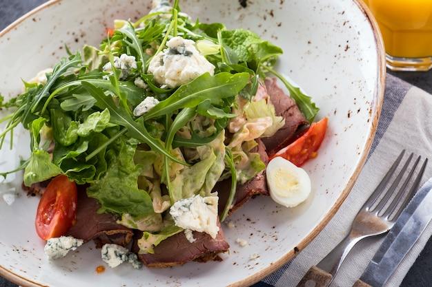 Salade de viande au rosbif. savoureuse salade de boeuf aux légumes et au fromage