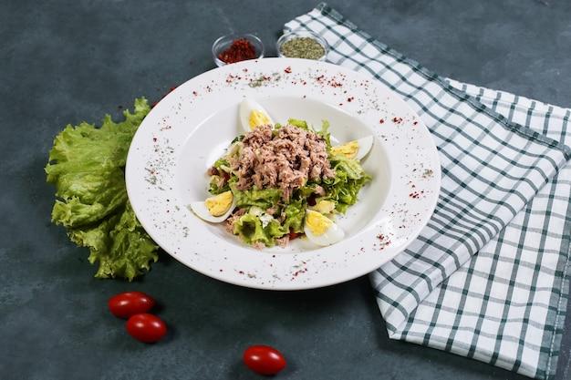 Salade de viande et de légumes avec œufs durs et tomates.