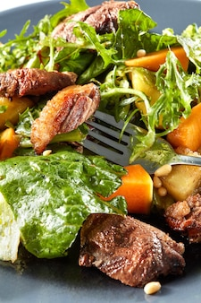Salade de viande de potiron et de canard sur une fourchette