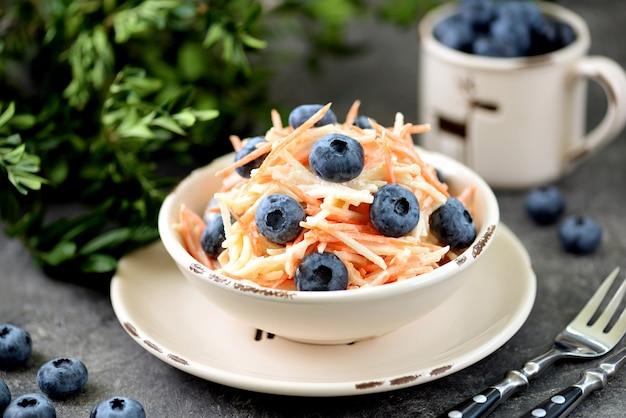 Salade avec vinaigrette pomme carotte myrtille et yaourt