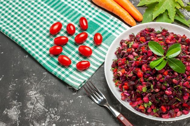Salade de vinaigrette vue de dessus avec betteraves et haricots sur une surface sombre