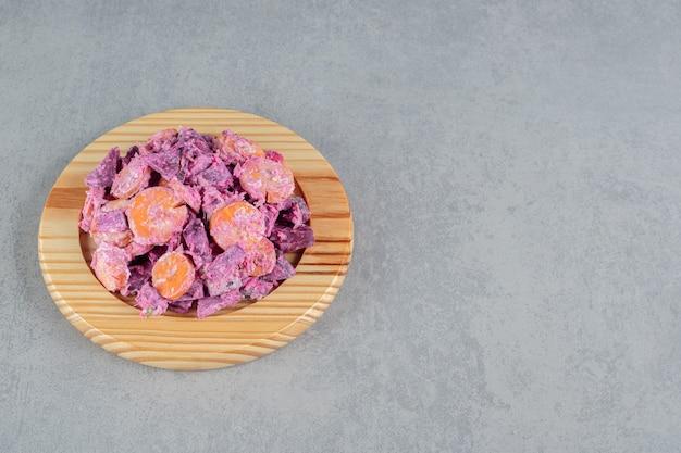 Salade violette aux carottes, piment vert et betteraves rouges