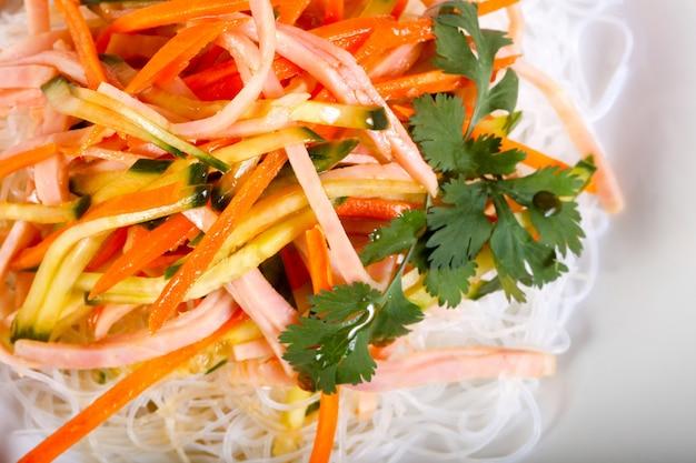 Salade vith nouilles et légumes